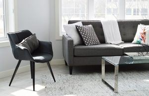 Černá moderní židle a sedačka